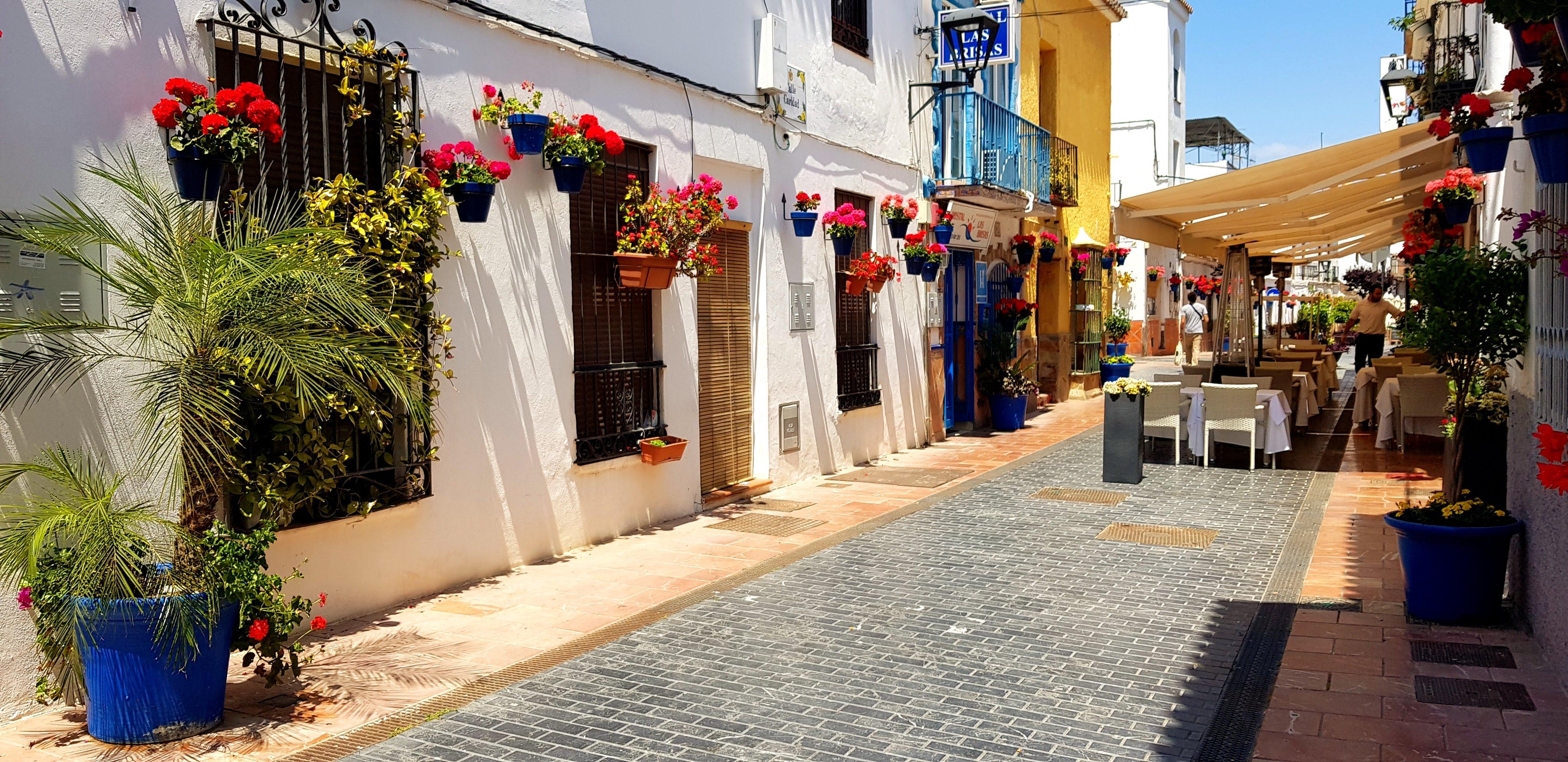 Esteponas farverige gader
