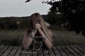 kvinderudenfilter - lænker - psysisk vold